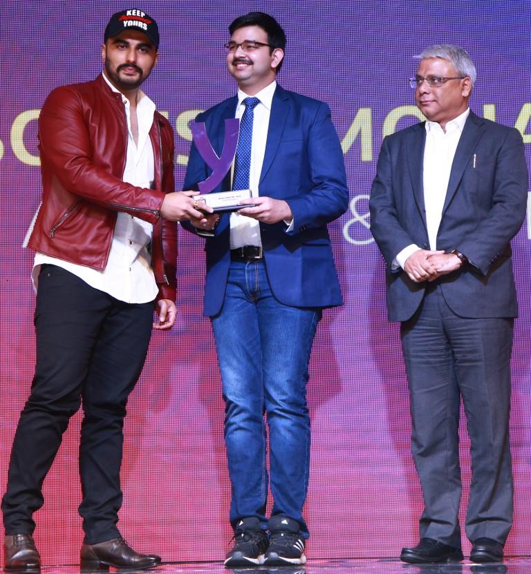 Sovesh Mohapatra receiving YONO SBI Under 20 Award